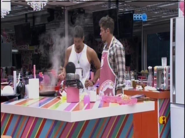 7.fev.2014 - Roni e Marcelo cozinham para turma da casa grande