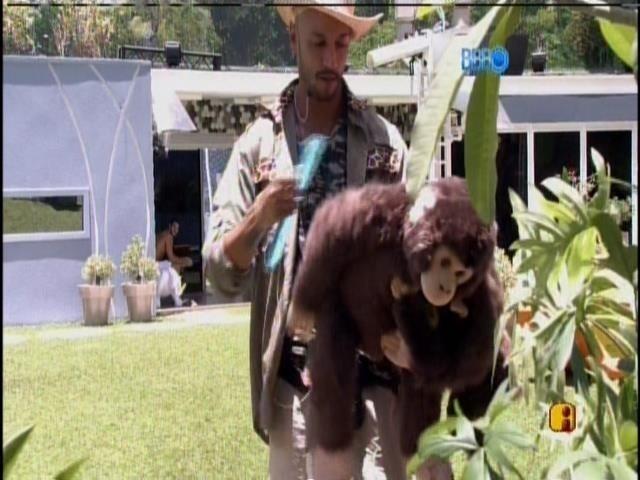7.fev.2014 - Valter penteando macaco em castigo do monstro