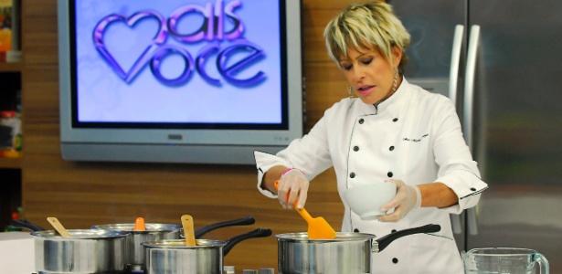 Ana Maria Braga conta que, para conduzir as receitas, precisa estar sintonizada com tudo que há na cozinha - Divulgação/TV Globo