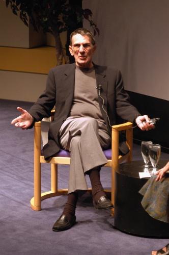 """25.set.2002 - Leonard Nimoy apresenta sua exposição de fotos e seu livro """"Shekhina"""" em Los Angeles"""