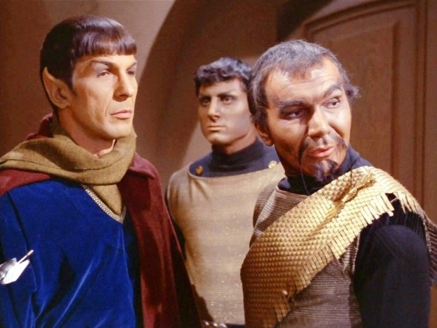"""Leonard Nimoy e John Colicos em cena da série de TV """"Star Trek"""""""