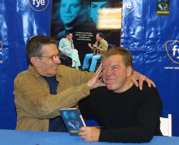 17.mar.2002 - Leonard Nimoy  e William Shatner participam de tarde de autógrafos em Los Angeles