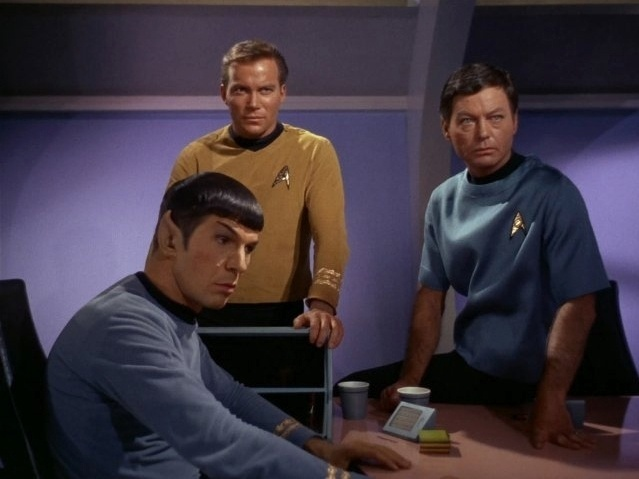 "Leonard Nimoy, William Shatney e DeForest Kelley em cena da série ""Star Trek"""