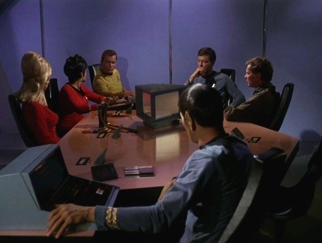 """O ator Leonard Nimoy como o Sr. Spock (de costas) na série de TV """"Star Trek"""""""