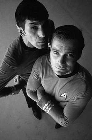 """Os atores Leonard Nimoy e William Shatner como Sr. Spock e Capitão Kirk, respectivamente, na série de TV """"Star Trek"""""""