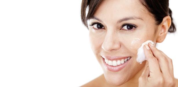 As micelas absorvem as impurezas e partículas oleosas que se encontram sobre a pele - Thinkstock