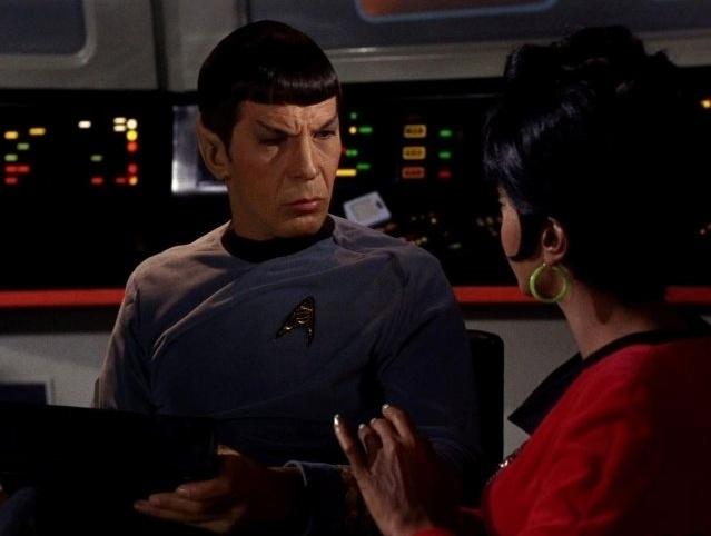 """Spock (Leonard Nimoy) e Uhura (Nichelle Nichols) em cena da série de TV """"Star Trek"""""""
