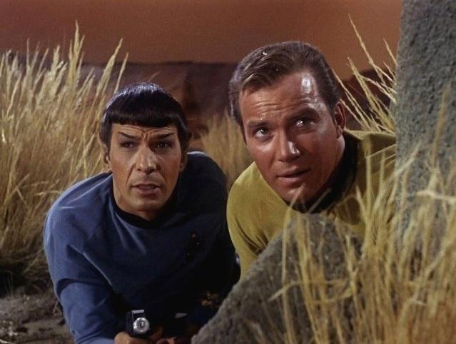"""Sr. Spock (Leonard Nimoy, à esq.) e Capitão Kirk (William Shatner, à dir.) em cena da série de TV """"Star Trek"""""""