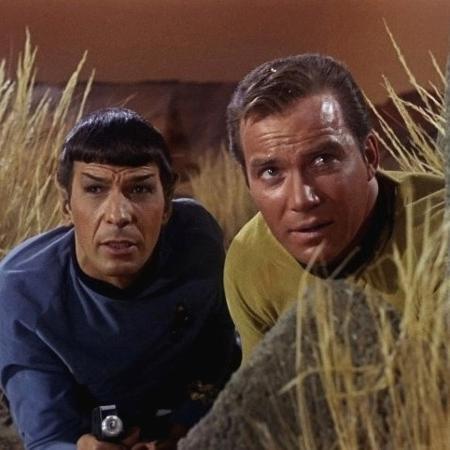 """Sr. Spock (Leonard Nimoy, à esq.) e Capitão Kirk (William Shatner, à dir.) em cena da série de TV """"Star Trek"""" - Divulgação"""