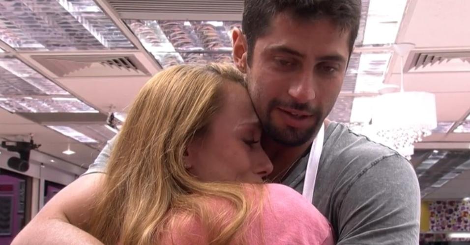 08.fev.2014 - Aline, que foi direto ao paredão após atender ao Big Fone, se emocionou e foi consolada pelo líder Marcelo