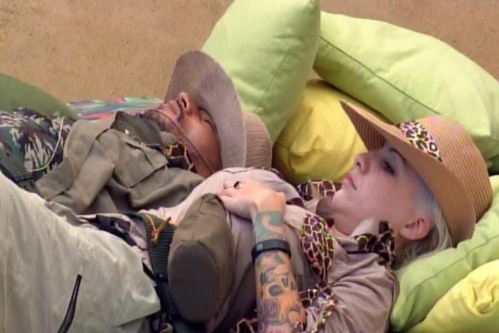 08.fev.2014 - Clara e Valter tentam dormir no futon após realizarem a missão do Castigo do Monstro.