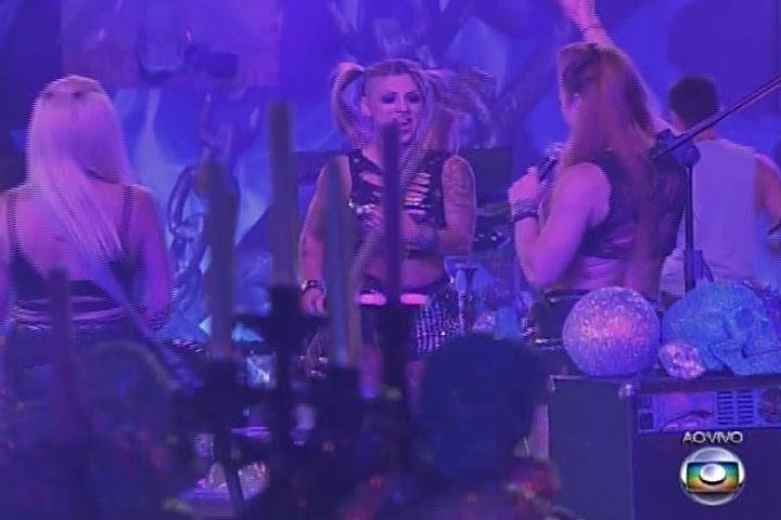 08.fev.2014 - Clara, Vanessa e Aline se divertem na Festa Metal