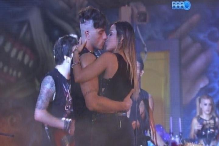 08.fev.2014 - Em clima de romance, Letícia e Junior se beijam durante a Festa Metal