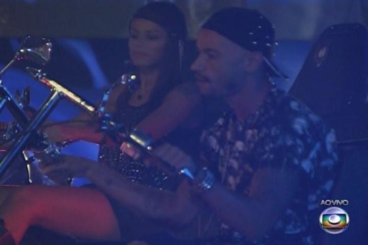 08.fev.2014 - Valter Slim e Franciele se divertem na Festa Metal