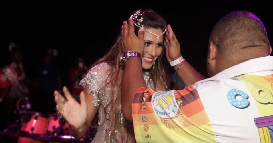 7.fev.2014 - A apresentadora e atriz Lívia Andrade é coroada como madrinha de bateria da escola de samba Acadêmicos do Tucuruvi, em São Paulo
