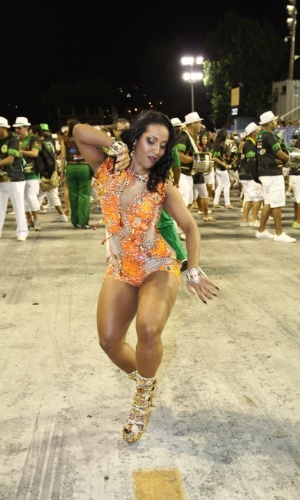 8.fev.2014 - Laynara Teles, rainha de bateria da Império da Tijuca, durante o ensaio técnico da escola de samba, na noite deste sábado (8), na Praça da Apoteose, no Rio de Janeiro