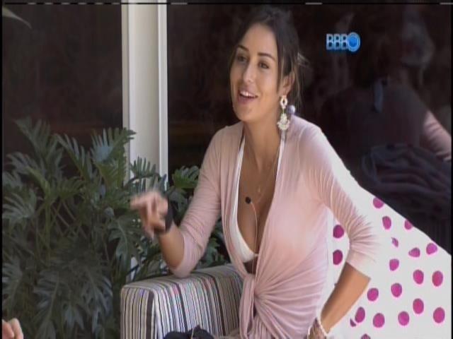 8.fev.2014 - Letícia conversa na varanda da casa