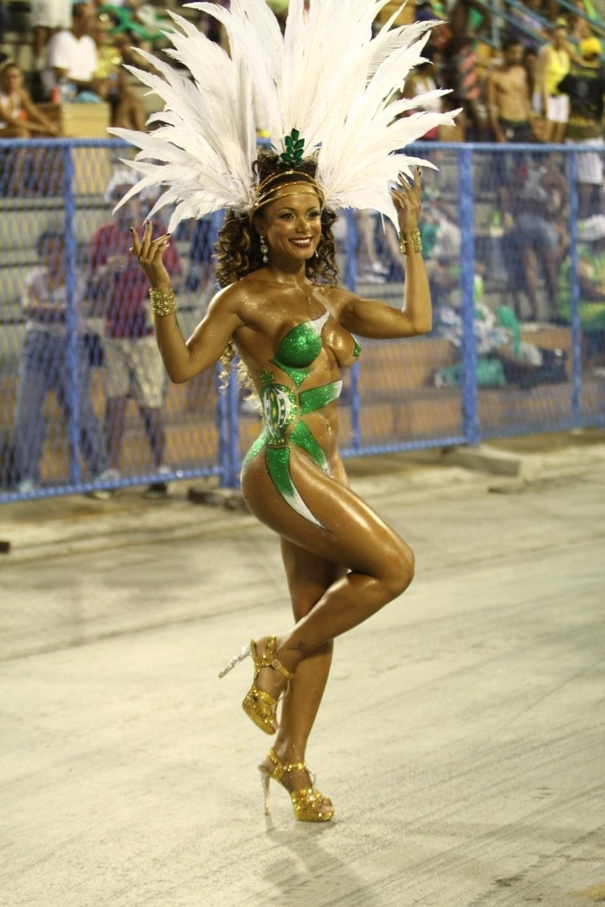8.fev.2014 - Nanda Guimarães, uma das musas da Império da Tijuca, durante o ensaio técnico da escola de samba, na noite deste sábado (8), na Praça da Apoteose, no Rio de Janeiro