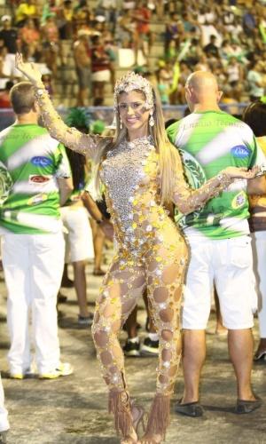 8.fev.2014 - Natália Carvalho, uma das musas da Império da Tijuca, durante o ensaio técnico da escola de samba, na noite deste sábado (8), na Praça da Apoteose, no Rio de Janeiro