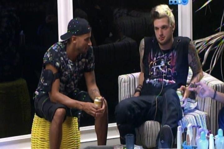 09.fev.2014 - Brothers conversam sobre formar casais no programa e Cássio diz para Valter: