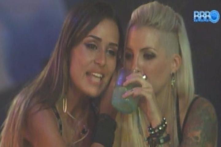 09.fev.2014 - Clara diz para Letícia que ela tem cara de periguete e incomoda a mineira