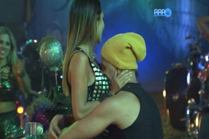 """09.fev.2014 - Junior beija os seios de Letícia após fazerem as pazes. O casal teve uma breve discussão depois que a mineira sugeriu que ele """"não prestava"""""""
