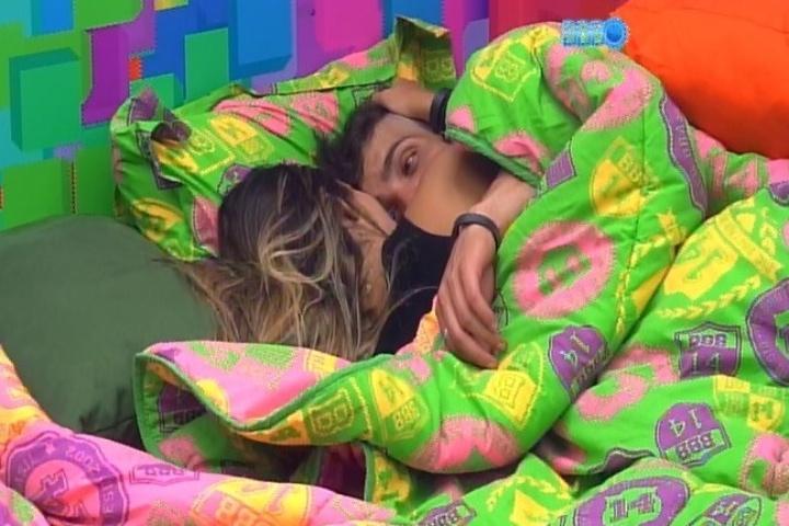 09.fev.2014 - Junior e Letícia namoram no edredom após discutirem na festa
