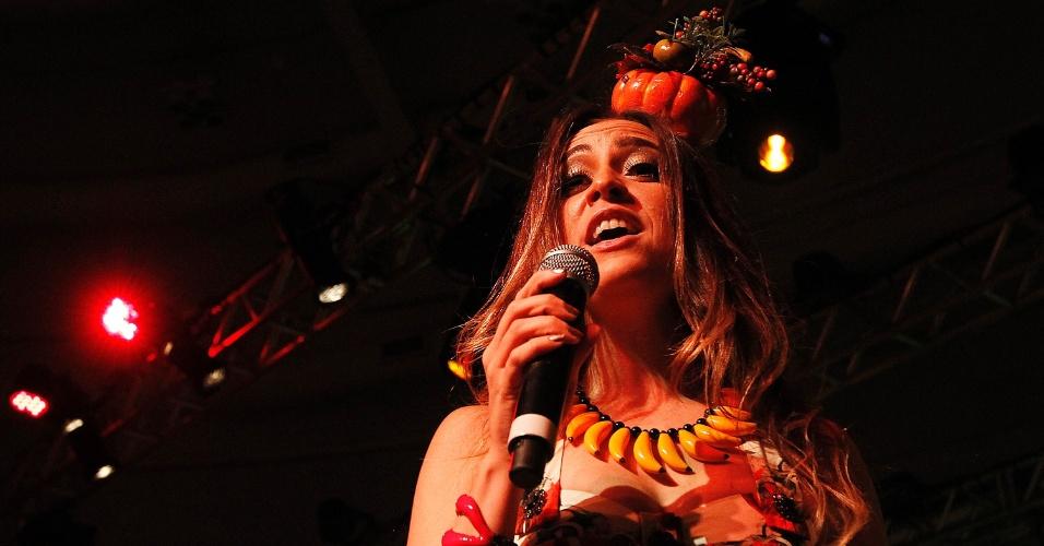 8.fev.2014 - Roberta Sá inspira-se em Carmem Miranda para o show que faz ao lado do Bangalafumenga no CarnaUOL 2014, no WTC Golden Hall, em São Paulo