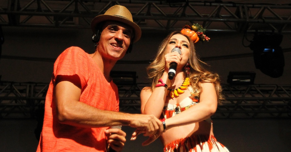 8.fev.2014 - Rodrigo Maranhão, do Bangalafumenga, e Roberta Sá, atrações principais do CarnaUOL 2014, no WTC Golden Hall, em São Paulo