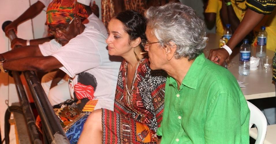8.fev.2014 - Acompanhado por morena, Caetano Veloso participa do evento Pipoca Moderna, em Salvador