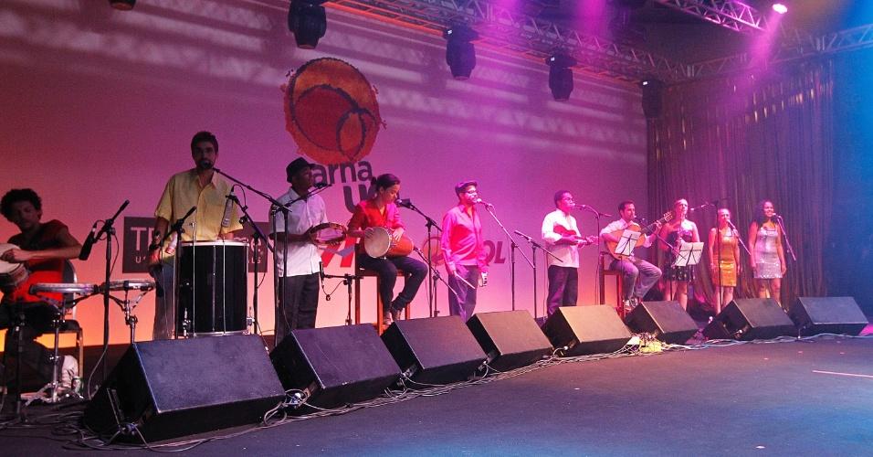 8.fev.2014 -  Grupo Kolombolo abre a noite de samba no CarnaUOL 2014, no WTC Golden Hall, em São Paulo