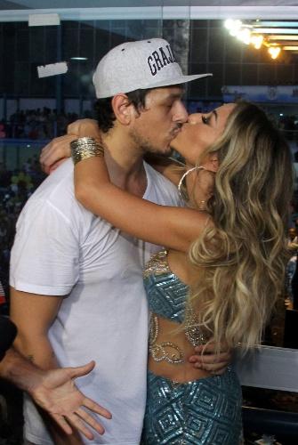 8.fev.2014 - Sabrina Sato ganha beijo do namorado, o humorista João Vicente