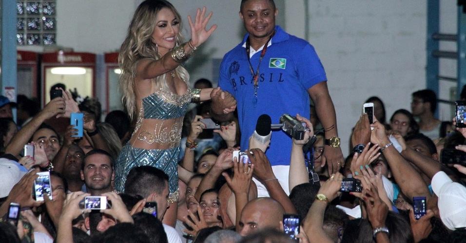8.fev.2014 - Sabrina Sato que completou 33 anos no dia 4 de fevereiro, depois de comemorar a data em São Paulo, a rainha da Vila Isabel, festejou com os amigos e foliões na quadra da escola, no Rio de Janeiro