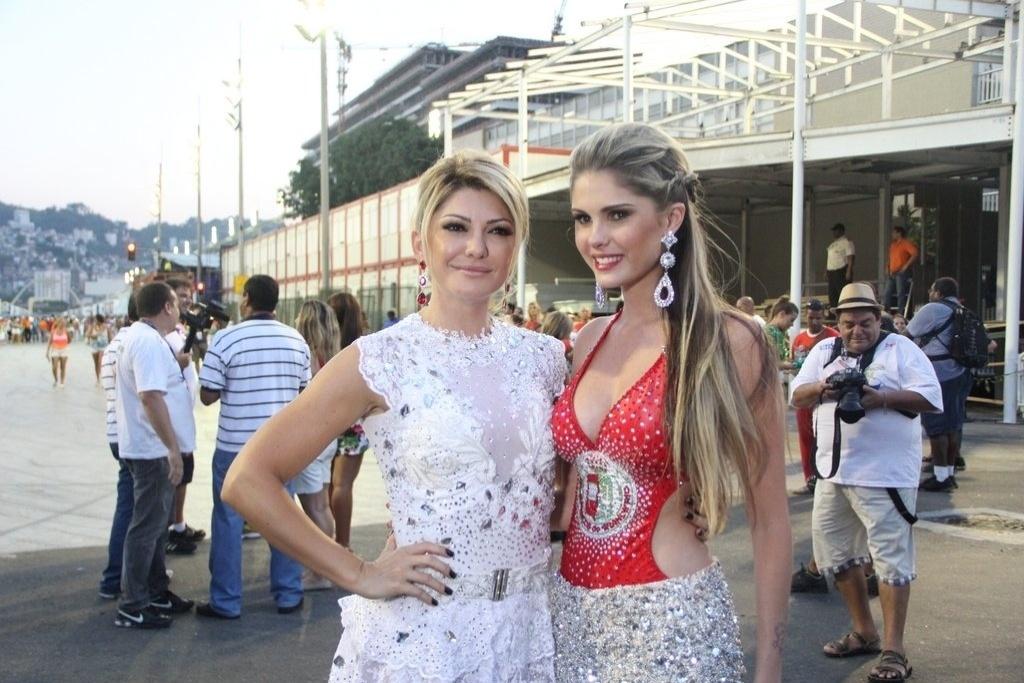 9.fev.2014 - Bárbara Evans e Antônia Fontenelle durante o ensaio técnico da Grande Rio, na noite deste domingo (9), na Praça da Apoteose, no Rio