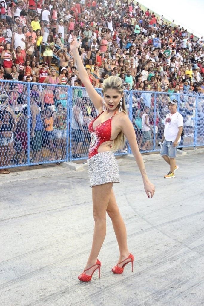 9.fev.2014 - Bárbara Evans empolga arquibancada durante o ensaio técnico da Grande Rio, na noite deste domingo (9), na Praça da Apoteose, no Rio