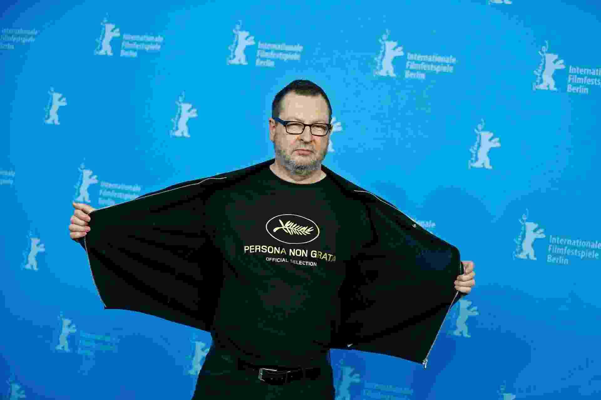 """9.fev.2014 - Lars Von Trier ironiza o apelido que recebeu no festival de Cannes, com a declaração """"persona non grata"""" estampada na camiseta - Tobias Schwarz/Reuters"""