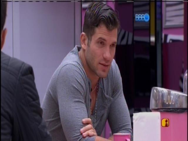 9.fev.2014 - Roni conversa com Marcelo sobre Aline