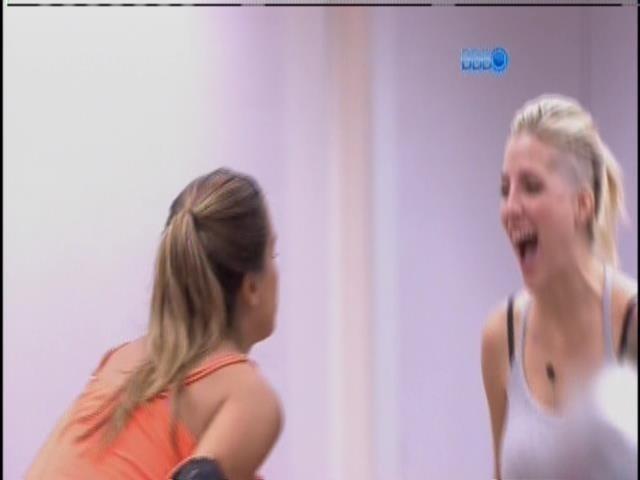 """10.fev.2014 - Angela e Clara gritam de felicidade: """"Eu sou rica!"""""""