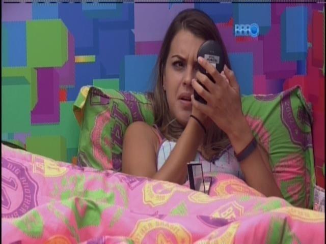 10.fev.2014 - Angela se maqueia e debocha de Cássio
