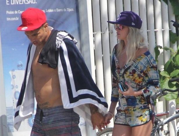 10.fev.2014 - Bárbara Evans e o jogador do Corinthians, Paolo Guerrero, são clicados de mãos dadas na praia de Ipanema, no Rio