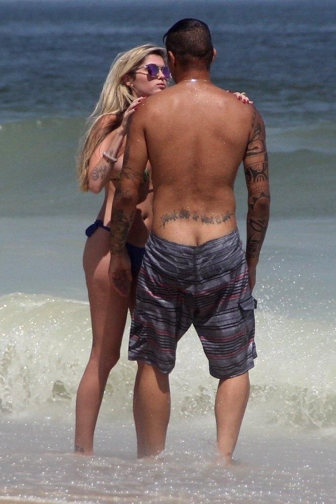 10.fev.2014 - Bárbara Evans e o jogador do Corinthians, Paolo Guerrero, trocam carinhos na praia de Ipanema, no Rio