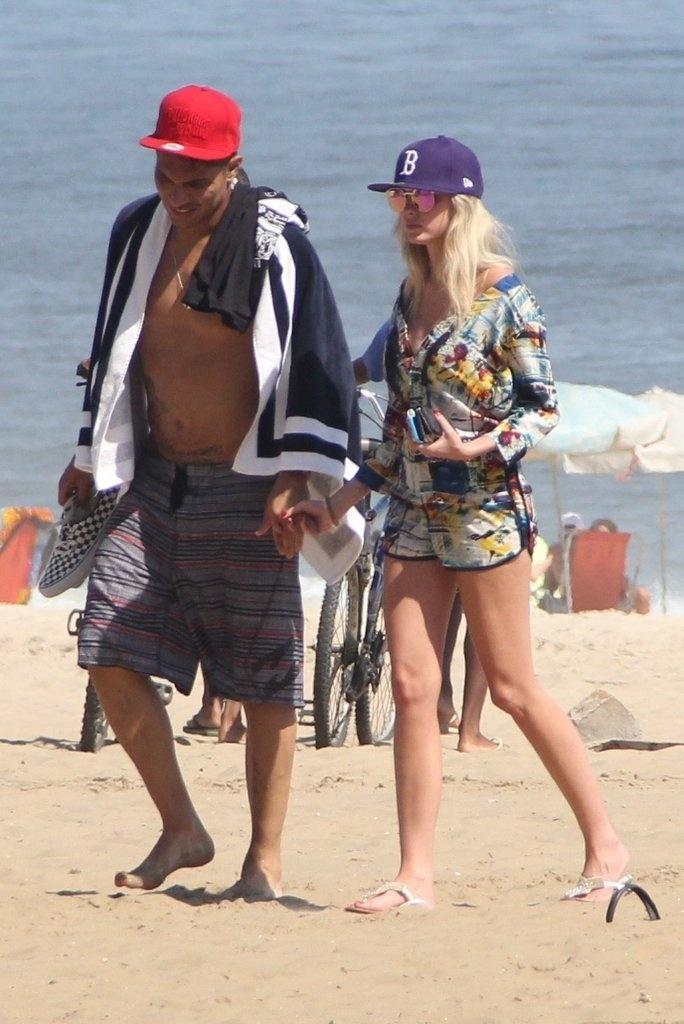 10.fev.2014 - Bárbara Evans e o jogador do Corinthians, Paulo Guerreiro, trocam carinhos na praia de Ipanema, no Rio