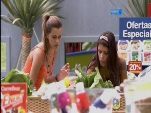 10.fev.2014 - Franciele e Angela fazem as compras de comida