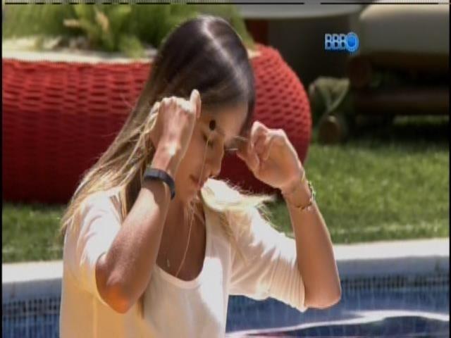 10.fev.2014 - Junior pede para Letícia tirar o microfone