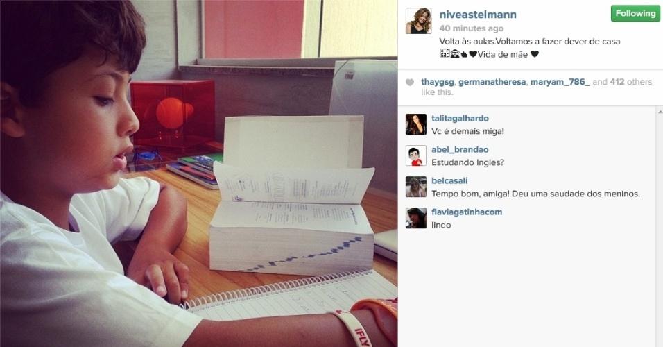 10.fev.2014 - Nívea Stelmann observa filho fazer dever de casa