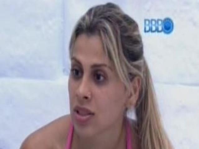 10.fev.2014 - Vanessa fala pra Tatiele que Letícia quer seduzir todo mundo