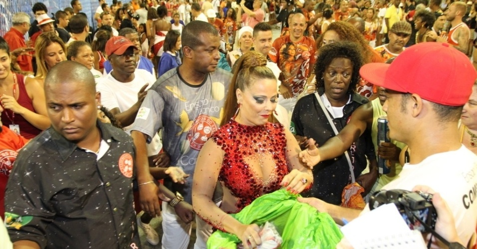 10.fev.2014 - Viviane Araújo no ensaio técnico do Salgueiro, na noite deste domingo (9), na Marquês de Sapucaí, no Rio