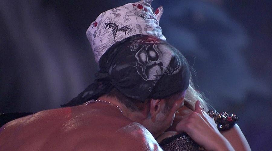 """9.fev.2014 - Após darem um beijo """"quente"""", Roni lambe e cospe no seio de Tatiele"""