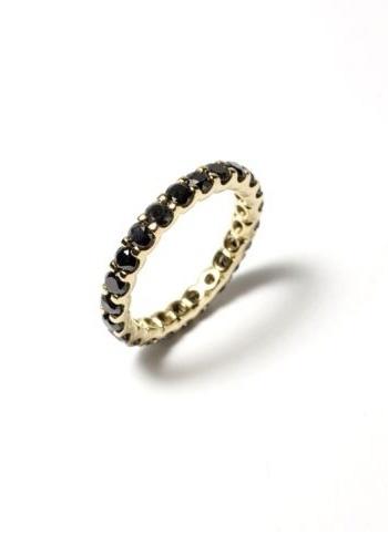 Aliança em ouro amarelo com diamantes negros; do Ara Vartanian (www.ara.com.br), por R$ 8.090. Disponibilidade e preço pesquisados em fevereiro de 2014 e sujeitos a alteração