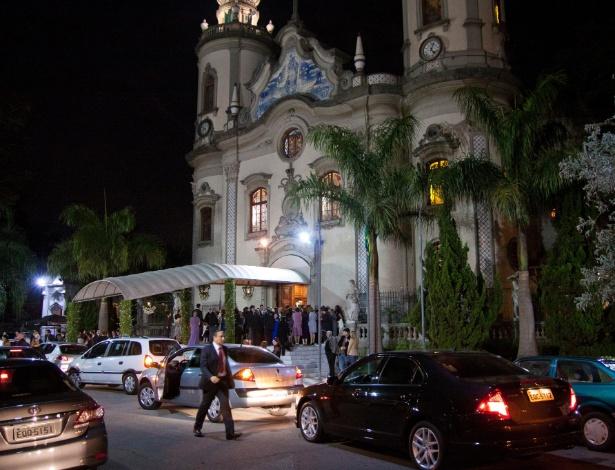 Fila de carros na porta da Igreja Nossa Senhora do Brasil. Uma das mais concorridas de São Paulo, a igreja tem casamento de hora em hora aos sábados - Zé Carlos Barretta/Folhapress